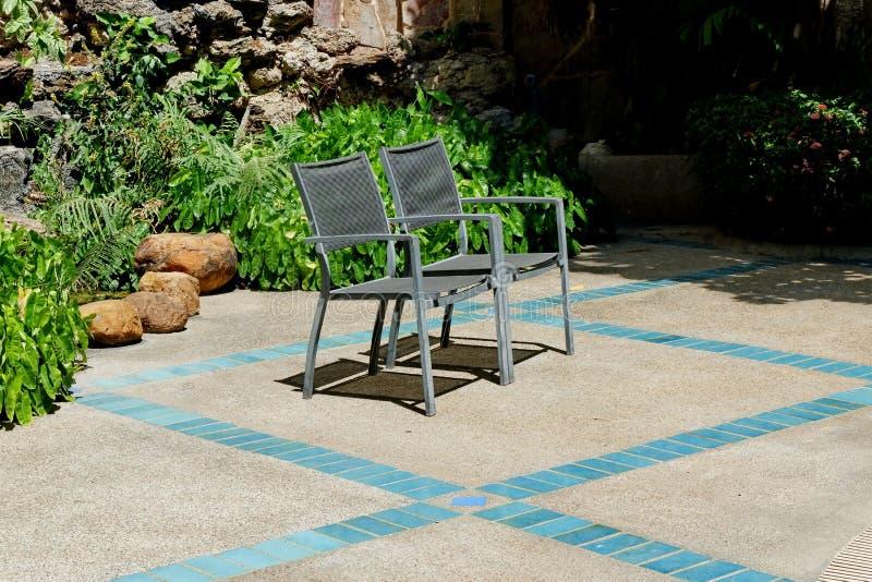 2 die stoelen naast de pool worden geplaatst stock foto