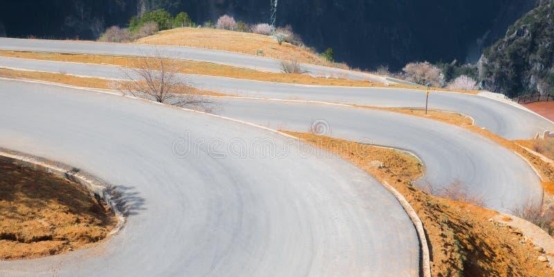 Die Straße auf steilem Berg in China lizenzfreie stockfotos