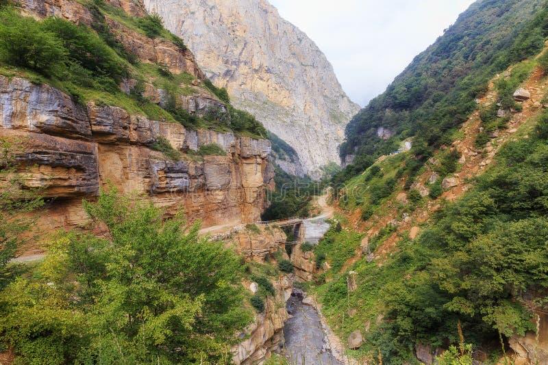 Die Straße in den Bergen, die zu das Dorf von Griz führen Guba AZ lizenzfreie stockfotos