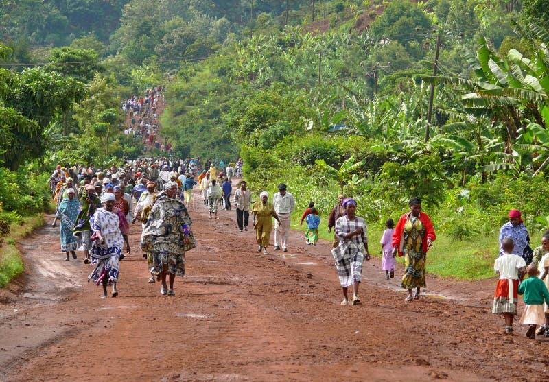 Die Straße in den Leuten gehen, an der Straße zu arbeiten. stockfotografie