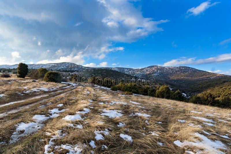 Die Straße herauf den Berg Schneebedeckte sonnige Landschaft des Winters Blauer Himmel lizenzfreies stockfoto
