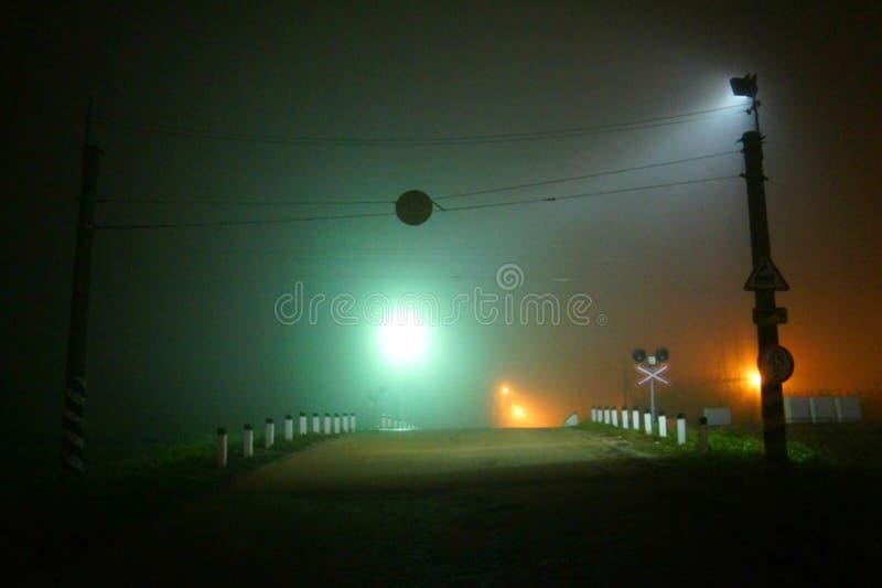 Die Straße im Nebel stockfotografie