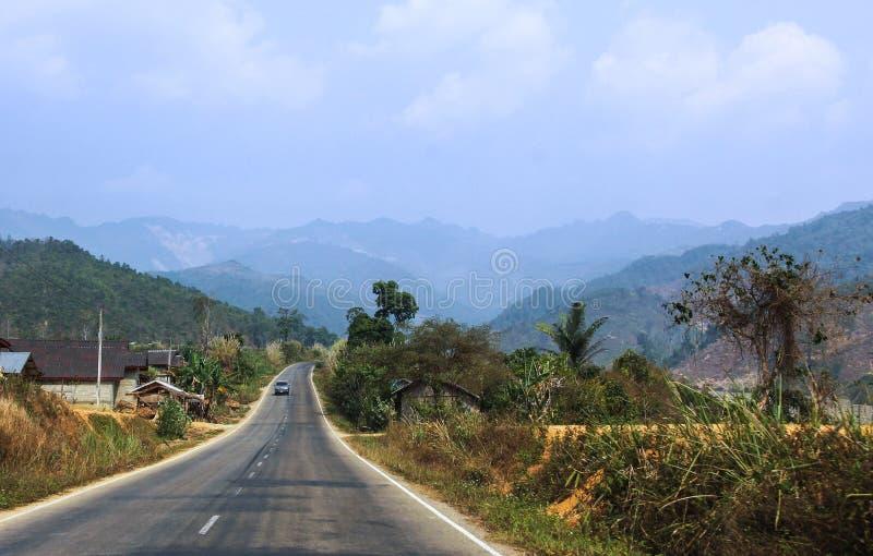 Die Straße in Laos mit Naturwäldern lizenzfreies stockfoto