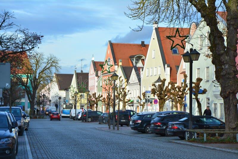 Die Straße in weniger deutscher bayerischer Stadt Erding lizenzfreie stockfotos