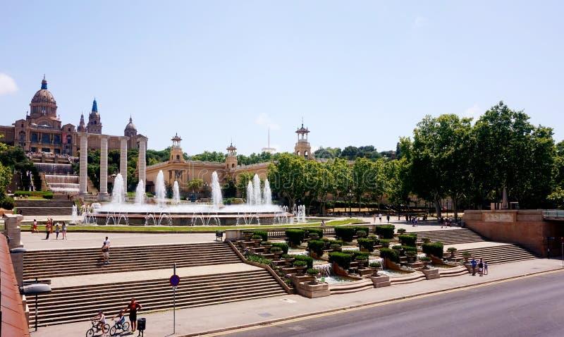 Die Straße, die zu die Gesangbrunnen und das katalanische Museum in Barcelona führt lizenzfreie stockfotos