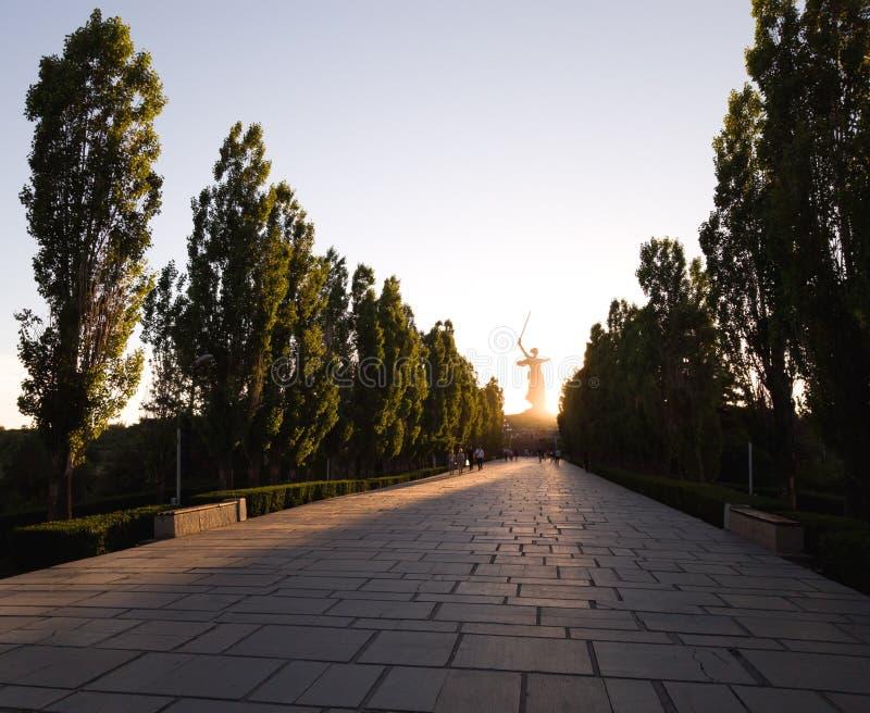 Die Straße zu Mamayev Kurgan in Wolgograd im Sonnenuntergang und im Schattenbild des Monument Mutterlandes nennt im Abstand lizenzfreies stockbild