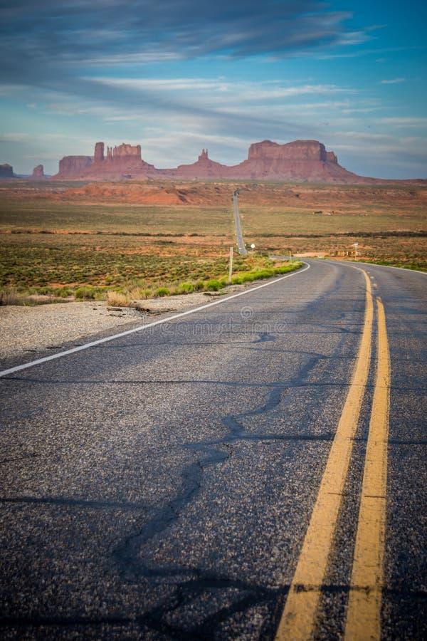 Die Straße, die zu Monument-Tal, ein Bereich von riesigen roten Felsformationen führt lizenzfreies stockfoto