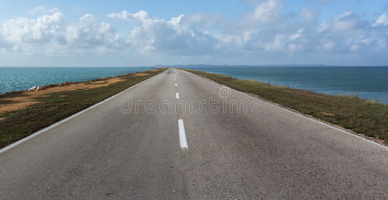 Die Straße zur Insel über dem Atlantik. stockfotografie