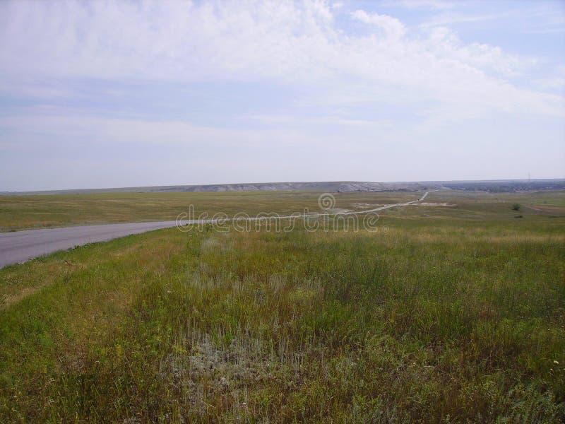 Die Straße zur Volga-Steppe, der Weg zur Unendlichkeit, über dem Horizont hinaus stockfotografie