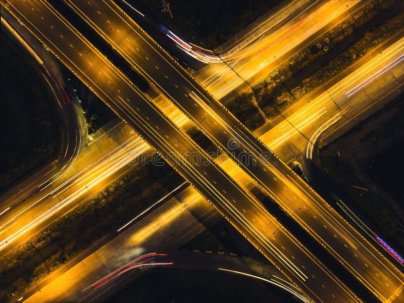 Die Straßen um die Stadt mit Abendlicht sind hohe Draufsicht stockfotos