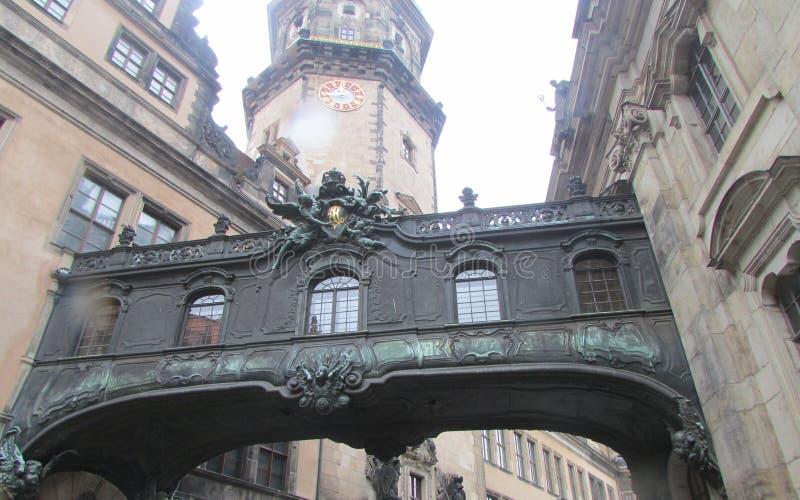 Die Straßen von altem Dresden im Stadtzentrum, Deutschland Der Übergang vom Gebäude zum Errichten lizenzfreie stockfotografie