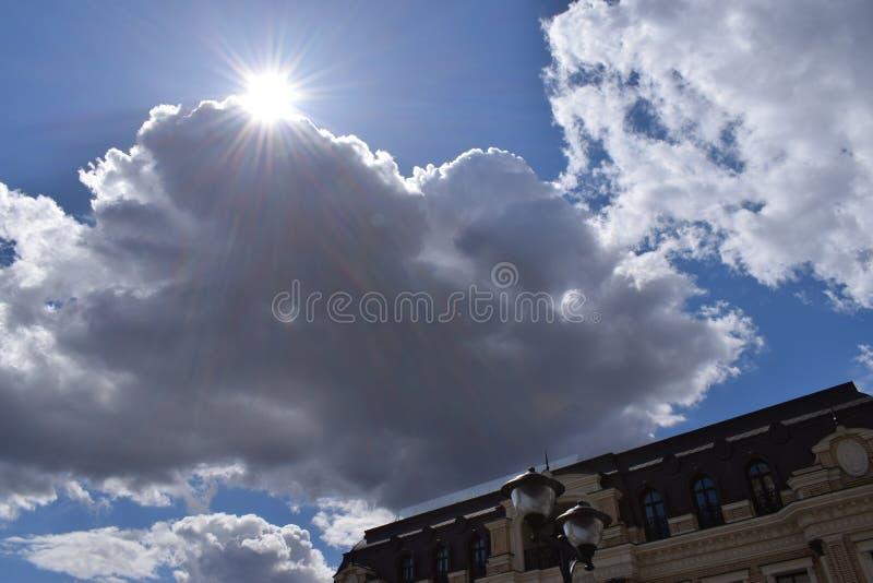 Die Strahlen der Sonne, die von hinten die Wolken auftaucht stockbild