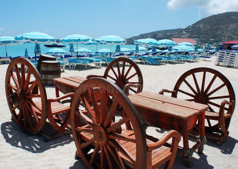 Die Strand-Tabelle lizenzfreie stockfotografie
