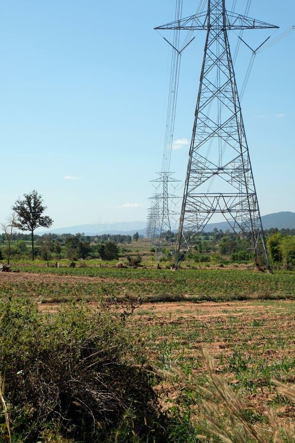 Die Stromleitung Durchlauf die Weise im Bauernhof in Thailand lizenzfreies stockfoto
