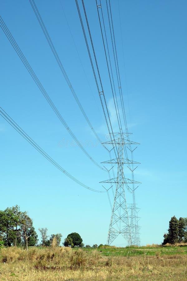 Die Stromleitung Durchlauf die Weise im Bauernhof in Thailand lizenzfreie stockfotos