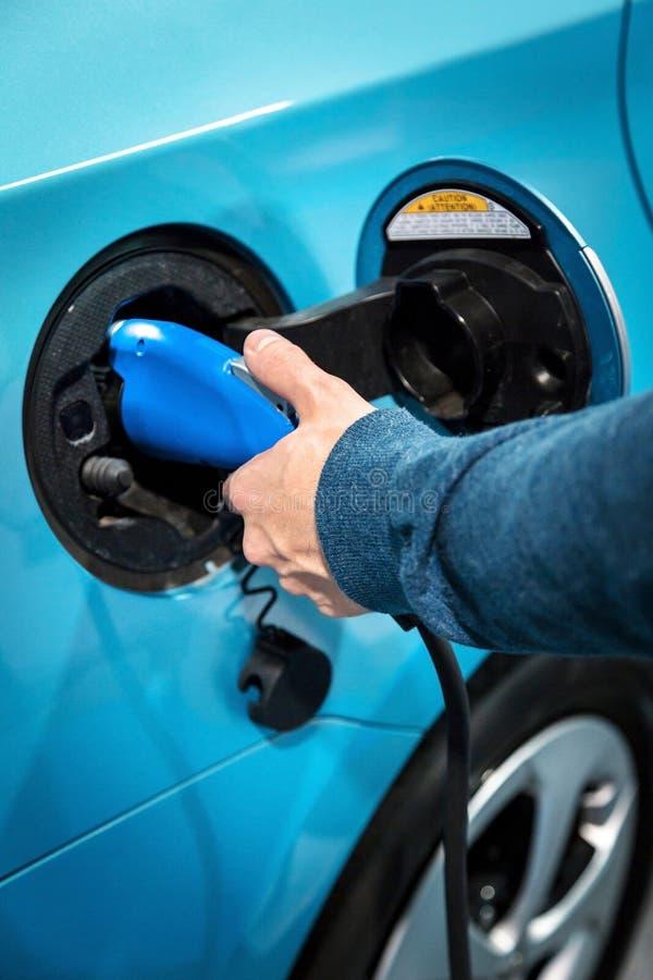 Die Stromversorgung für die Aufladung eines Elektroautos lizenzfreie stockfotos