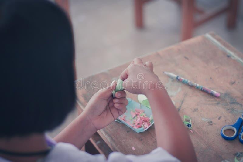 Die Studenten machen Papierblumen im Klassenzimmer lizenzfreies stockfoto