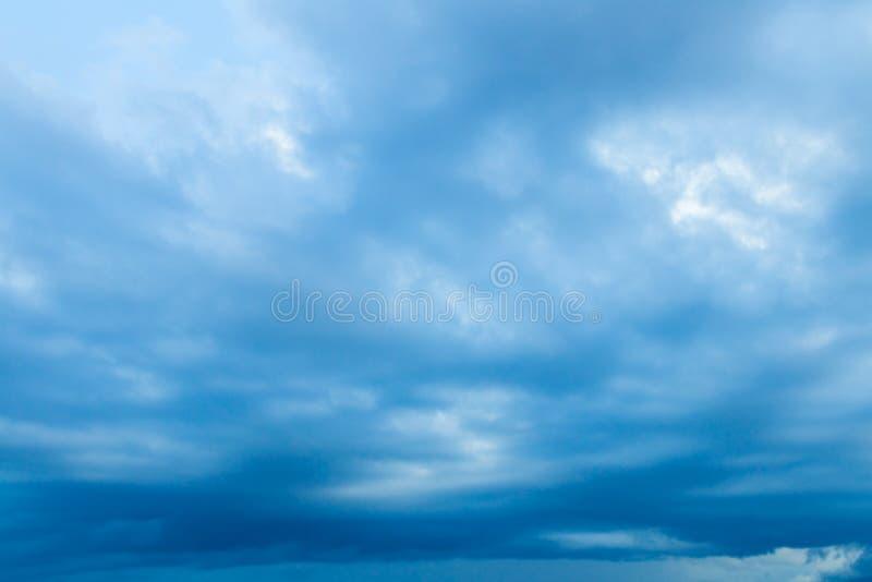 Die Sturmwolken, die vor Regen im schönen Hintergrund des Himmels mit Kopienraum dunkel sind, addieren Text stockbild