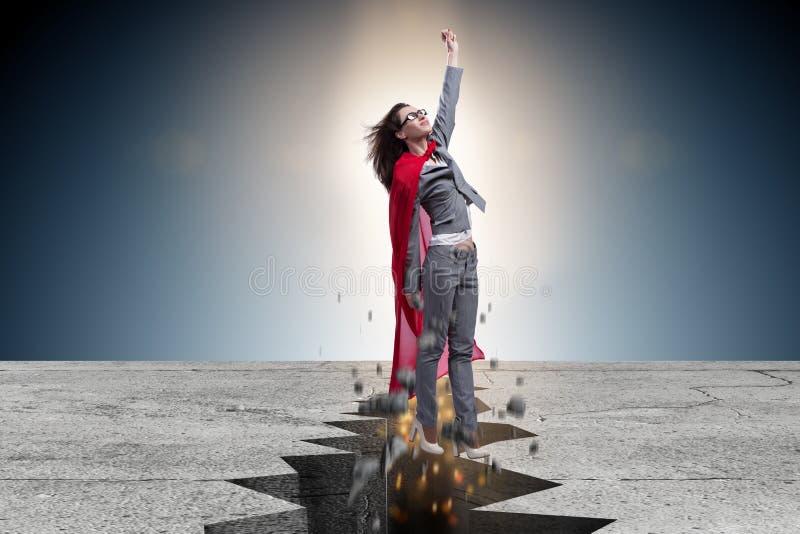 Die Superheldgeschäftsfrau, die von der schwierigen Situation entgeht stockfotografie