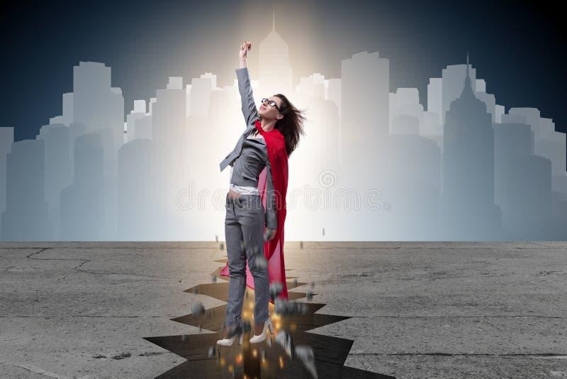 Die Superheldgeschäftsfrau, die von der schwierigen Situation entgeht lizenzfreie stockfotografie