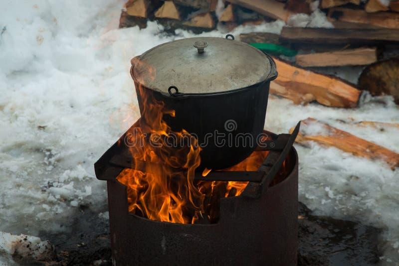 Die Suppe wird in einem großen Topf über einem Feuer gekocht stockfoto