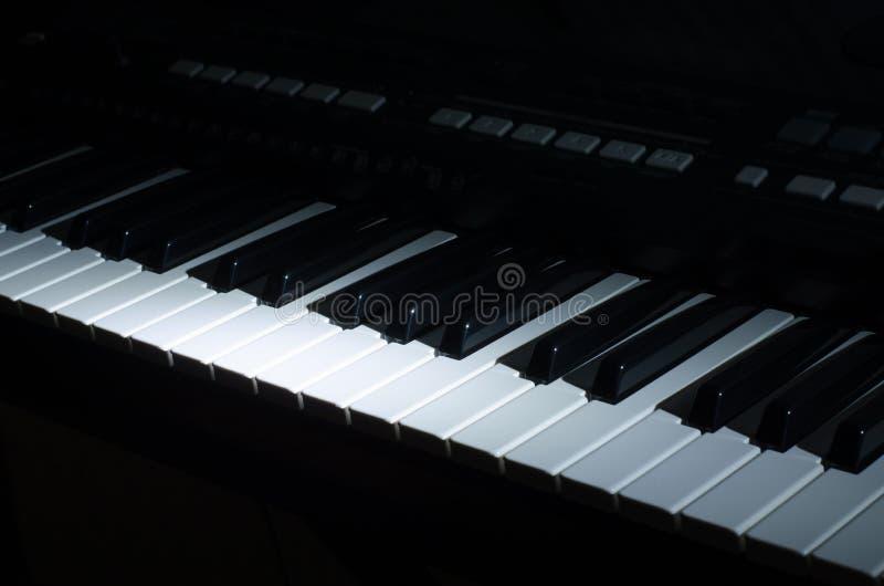 Die synthesizermusik in der Dunkelheit stockbilder