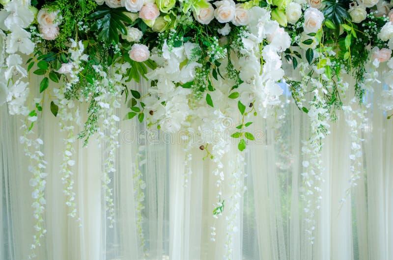 Die Szene wird von den Rosen für die Heirat gemacht stockfoto