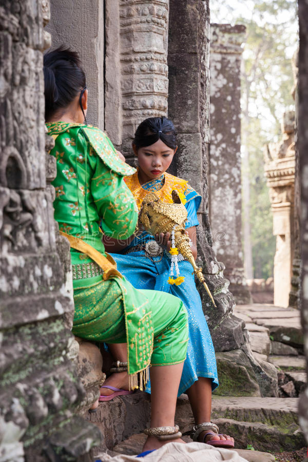 Die Tänzer, die zum Khmer Apsara-Tanz sich vorbereiten, stellen, Kambodscha dar stockfotos