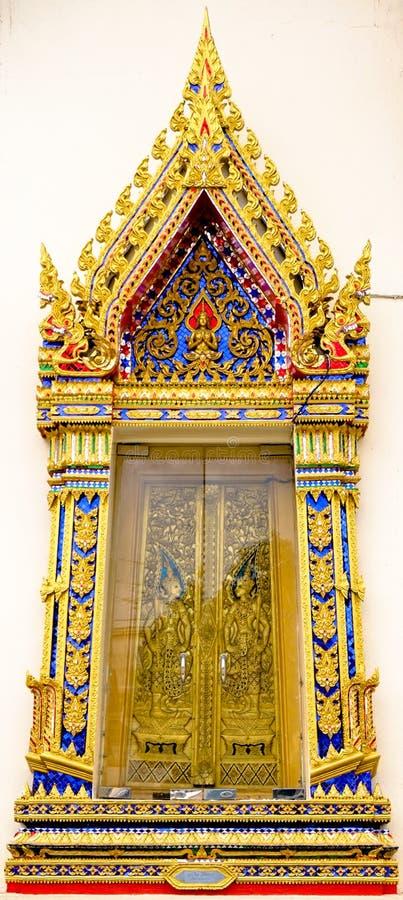 Die Tür der Klassifikationshalle wird mit thailändischem Stuck von Wat Poramaiyikawas Worawihan, Koh Kret, Nonthaburi, im Dezembe lizenzfreies stockbild