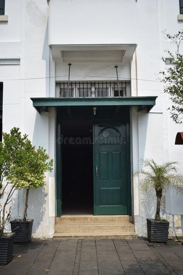 Die Tür des Museums von wayang stockfotos