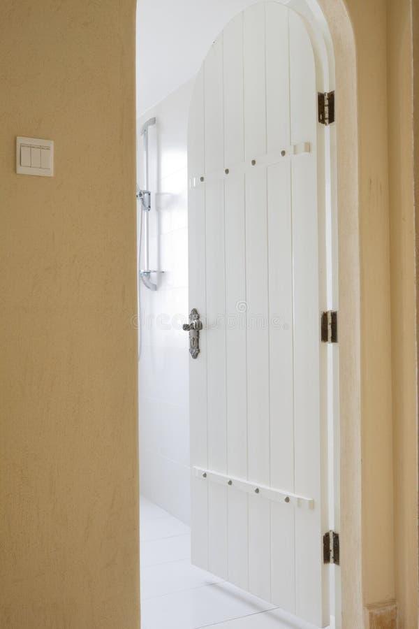 Die Tür in einem Raum stockfotografie