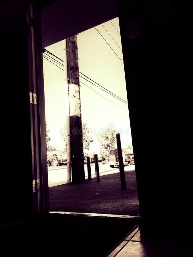 Die Tür heraus schauen stockbilder