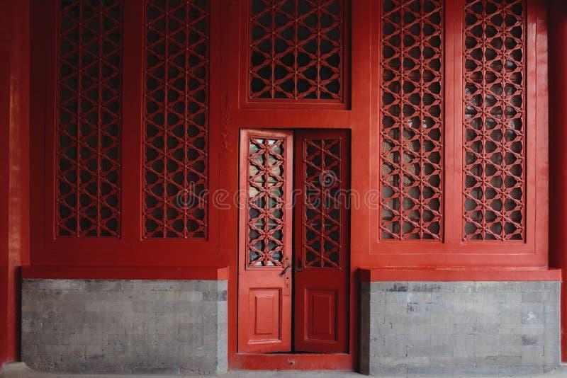 Die Tür und die Fenster, gemacht in der traditionellen chinesischen Art lizenzfreies stockbild