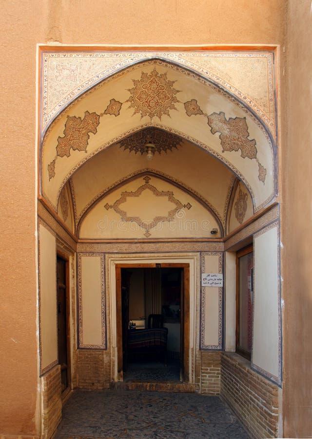 Die Tür von Khan-e Abbasian in Kashan-Stadt, der Iran lizenzfreies stockfoto