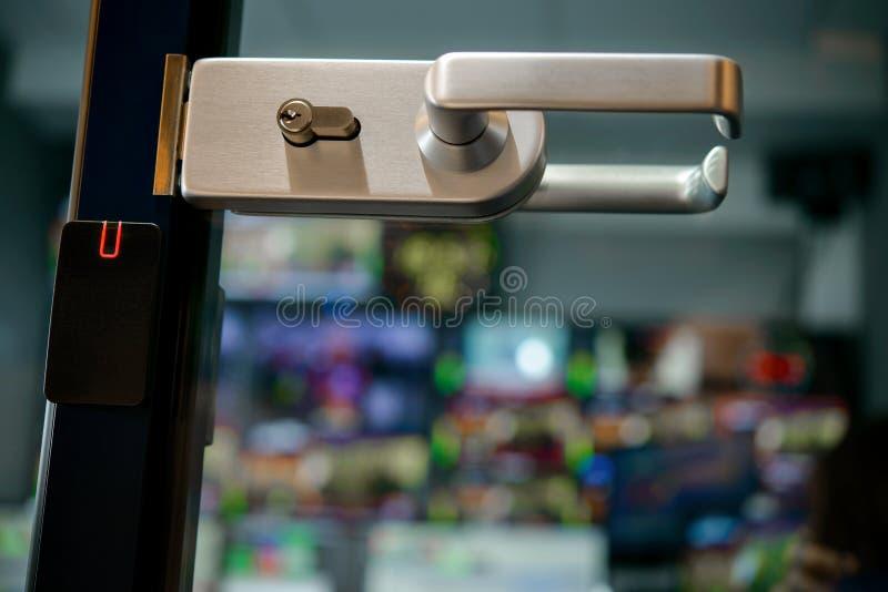 Die Tür zur Studioaufnahme, durch die überwacht stockbilder