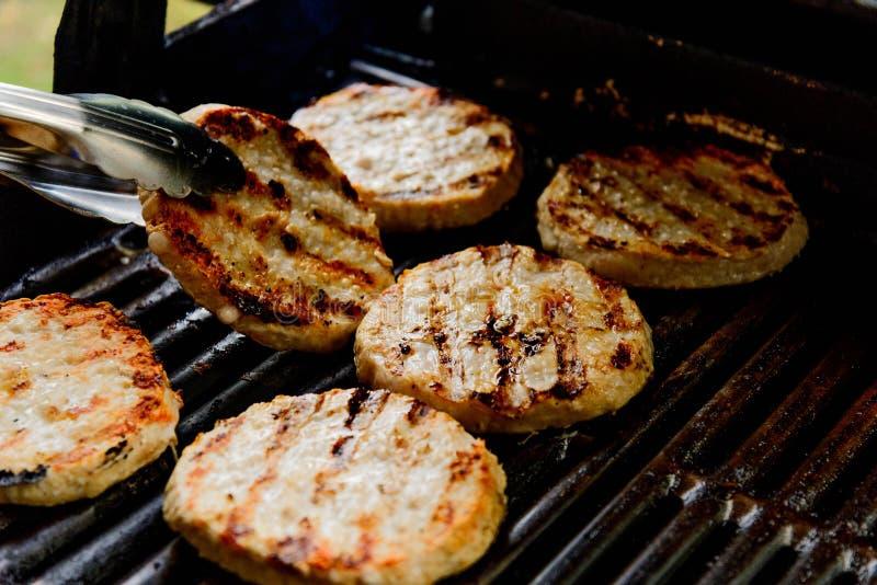 Die Türkei-Burger auf dem Grill stockbild