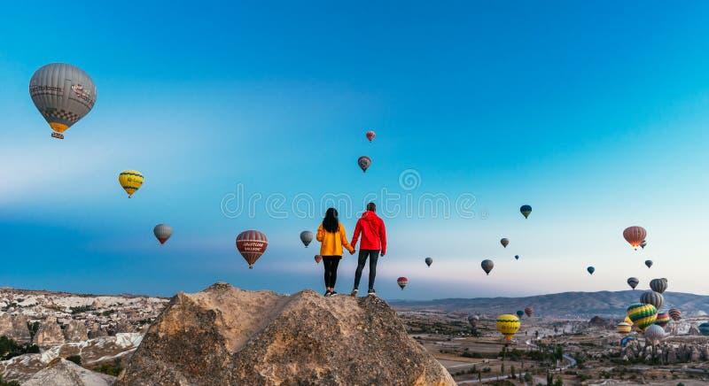Die Türkei, Cappadocia - 10. Oktober 2018: Paare in der Liebe unter Ballonen Glückliches Paar in Cappadocia Flitterwochen in den  lizenzfreie stockbilder