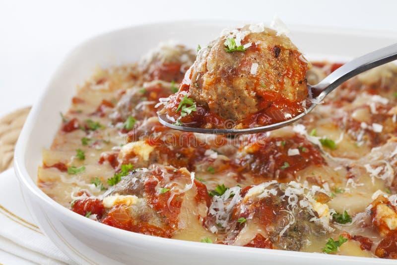Die Türkei-Fleischklöschen mit Tomatensauce und Käse lizenzfreies stockbild