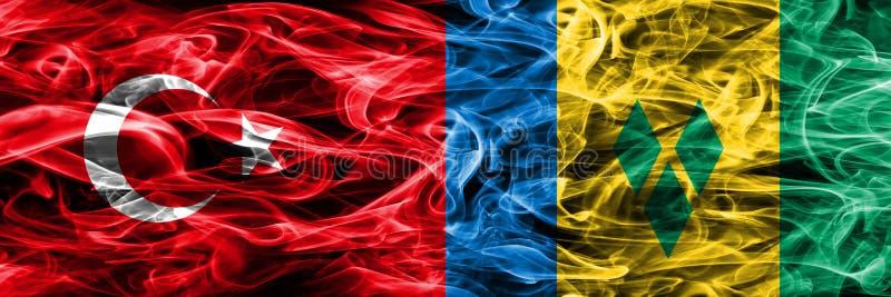Die Türkei gegen die St. Vincent und die Grenadinen Rauchflaggen nebeneinander gesetzt Türkische- und Grenadinen-Flagge toge vektor abbildung