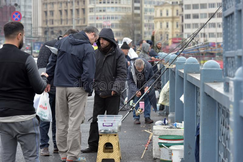 Die Türkei, Istanbul, 14,03,2018 Fischer auf der Ghatat-Brücke über dem Bosphorus lizenzfreies stockbild
