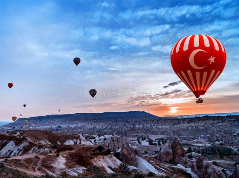 Die Türkei-Luftballon, der Cappadocia fliegt stockfotos