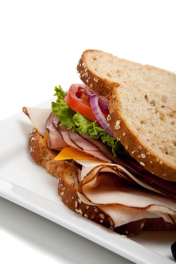 Die Türkei-Sandwich auf vollständigem Kornbrot lizenzfreie stockbilder