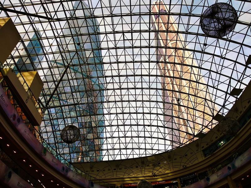 Die Türme der Moskau-Stadt durch die Glaskuppel lizenzfreie stockfotografie