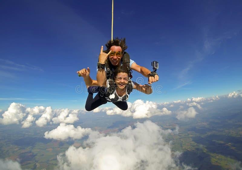 Die Tandempaare im freien Fall springen glücklich stockfoto