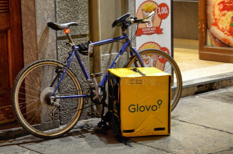 Die Tasche und das Fahrrad einer Arbeitskraft von Glovo stockfoto