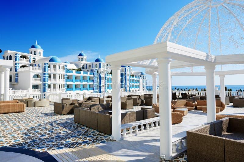 Die Terrasse und das Gebäude des Luxushotels lizenzfreie stockbilder