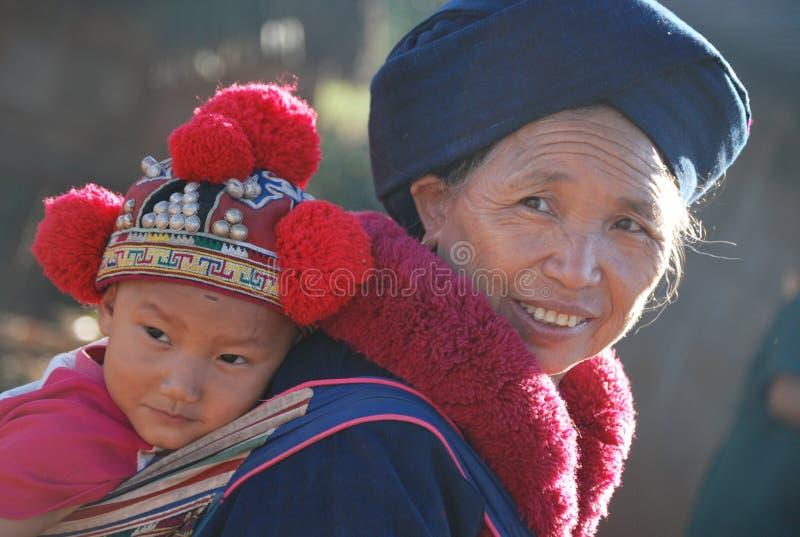 Die thailändische Großmutter und der Enkel in den Trachtenkleidern stockfoto