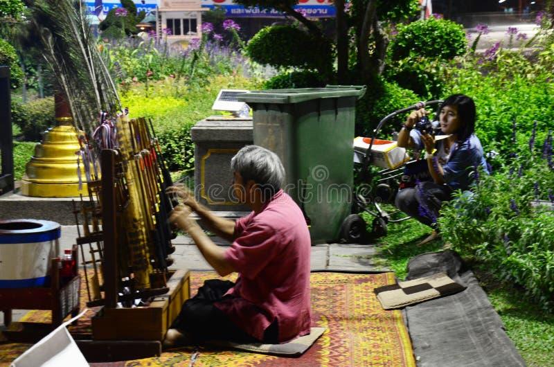 Die thailändischen Leute des alten Mannes, die Angklung spielen, zeigen Reisenden bei Chiang Rai, Thailand stockfoto