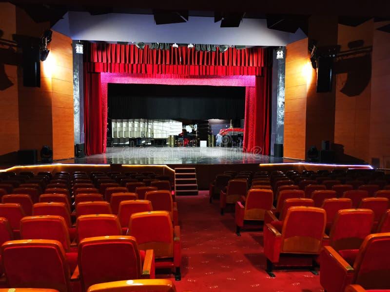Die Theaterhalle leer und beleuchtet stockfoto