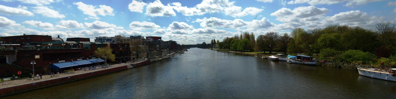 Die Themse in Kingston - Panorama lizenzfreie stockfotos